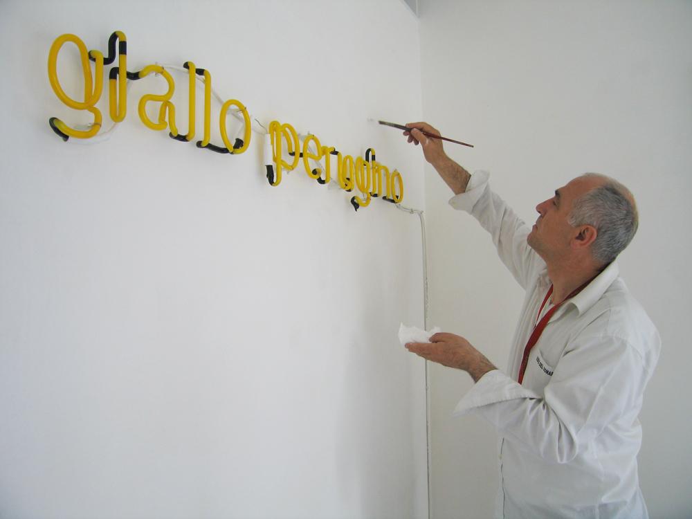 Nello Teodori, al lavoro durante l' allestimento personale 'giallo peugino' a studio.ra - photo di Raffaella Losapio